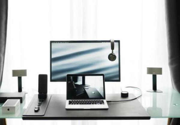Monitor i laptop na biurku